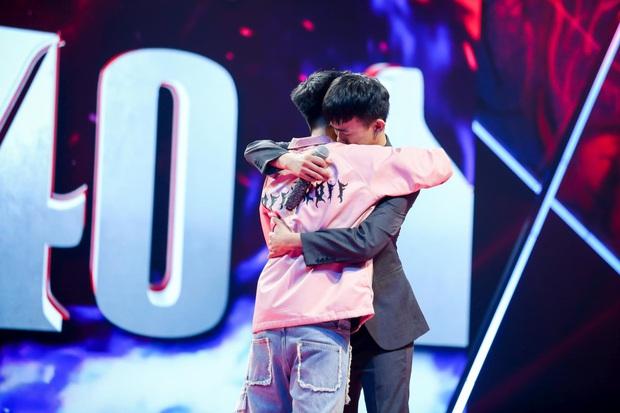 King Of Rap: Bất ngờ với bản Rap Hoa Nở Không Màu, thí sinh Rap nhạc Trịnh được book show ngay tại sân khấu - Ảnh 7.