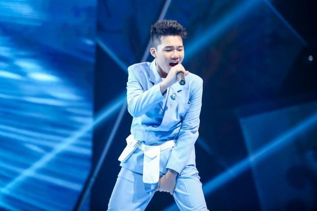 King Of Rap: Bất ngờ với bản Rap Hoa Nở Không Màu, thí sinh Rap nhạc Trịnh được book show ngay tại sân khấu - Ảnh 8.
