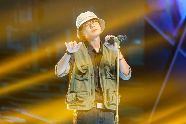 King Of Rap: Bất ngờ với bản Rap Hoa Nở Không Màu, thí sinh Rap nhạc Trịnh được book show ngay tại sân khấu - Ảnh 9.