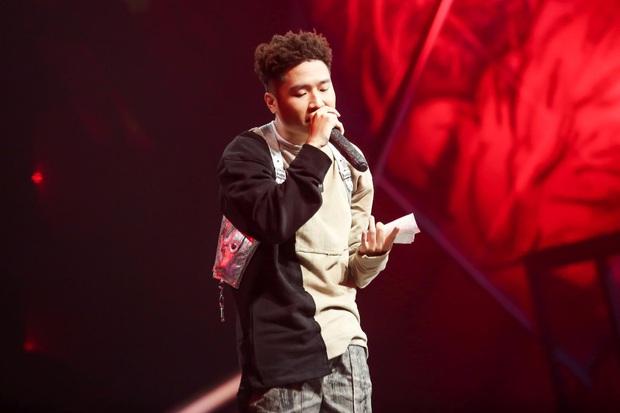 King Of Rap: Bất ngờ với bản Rap Hoa Nở Không Màu, thí sinh Rap nhạc Trịnh được book show ngay tại sân khấu - Ảnh 12.