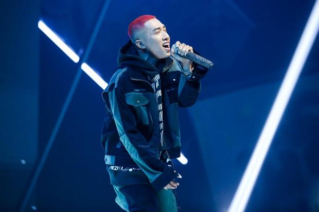 King Of Rap: Bất ngờ với bản Rap Hoa Nở Không Màu, thí sinh Rap nhạc Trịnh được book show ngay tại sân khấu - Ảnh 2.