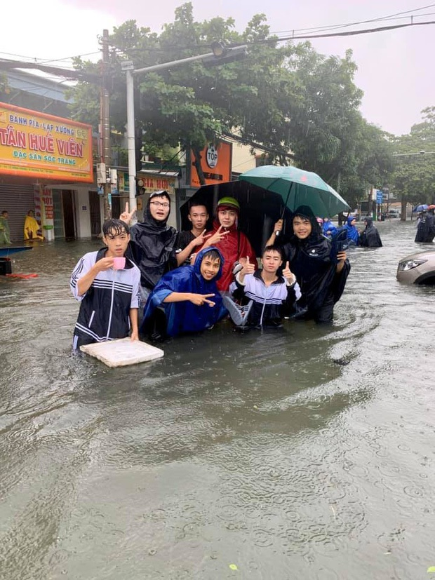 Nỗi khổ của sinh viên Đại học vào mùa mưa: Quần áo, sách vở ướt sũng, phải đi cà kheo đến trường - Ảnh 4.