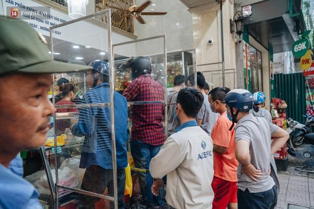 Đến hẹn lại lên, người Hà Nội xếp hàng dài đợi mua bánh Trung thu Bảo Phương - Ảnh 2.