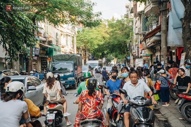 Đến hẹn lại lên, người Hà Nội xếp hàng dài đợi mua bánh Trung thu Bảo Phương - Ảnh 15.