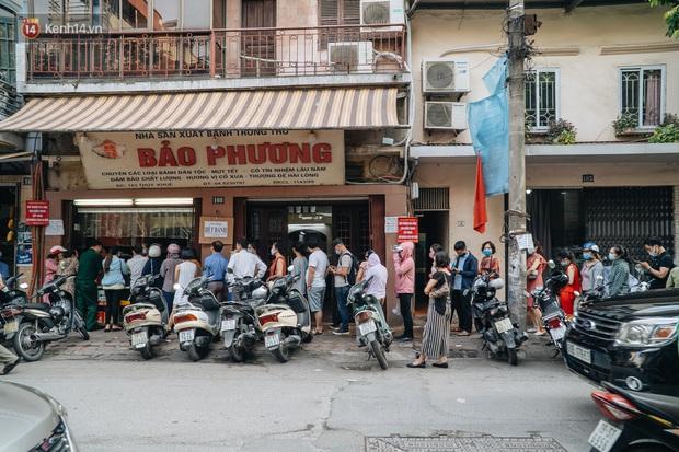 Đến hẹn lại lên, người Hà Nội xếp hàng dài đợi mua bánh Trung thu Bảo Phương - Ảnh 9.