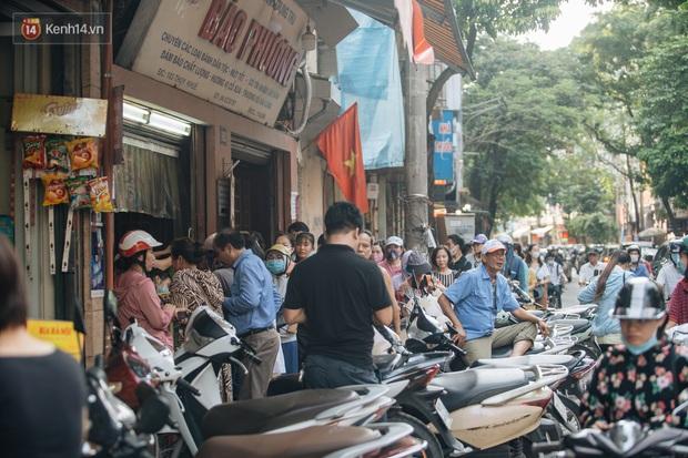 Đến hẹn lại lên, người Hà Nội xếp hàng dài đợi mua bánh Trung thu Bảo Phương - Ảnh 11.