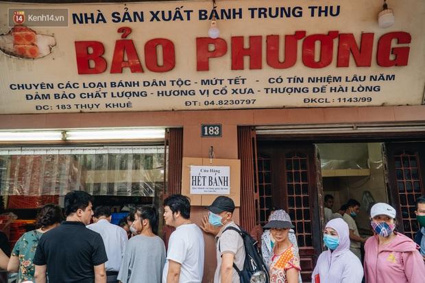Đến hẹn lại lên, người Hà Nội xếp hàng dài đợi mua bánh Trung thu Bảo Phương - Ảnh 10.