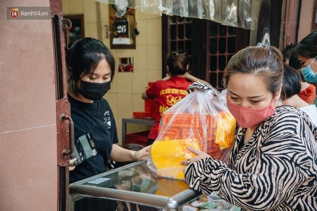 Đến hẹn lại lên, người Hà Nội xếp hàng dài đợi mua bánh Trung thu Bảo Phương - Ảnh 13.