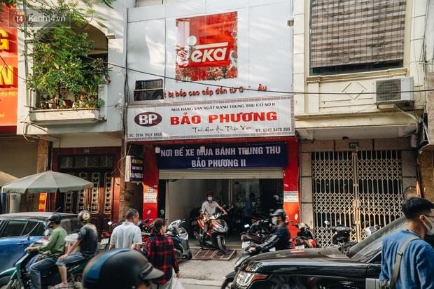 Đến hẹn lại lên, người Hà Nội xếp hàng dài đợi mua bánh Trung thu Bảo Phương - Ảnh 5.