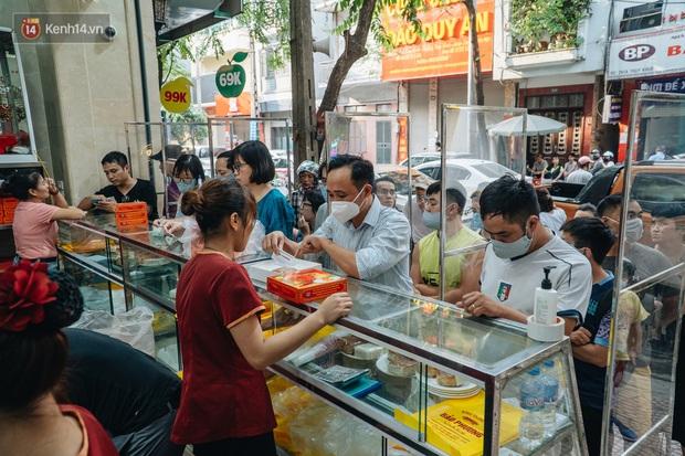 Đến hẹn lại lên, người Hà Nội xếp hàng dài đợi mua bánh Trung thu Bảo Phương - Ảnh 3.