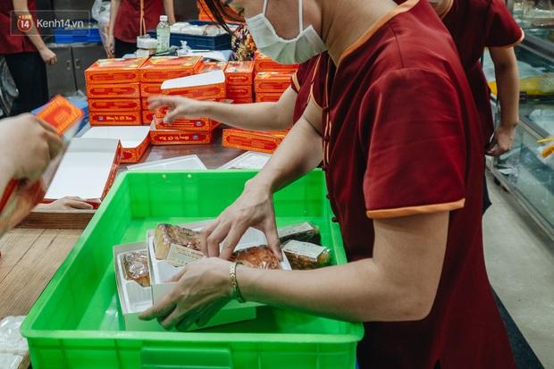 Đến hẹn lại lên, người Hà Nội xếp hàng dài đợi mua bánh Trung thu Bảo Phương - Ảnh 4.