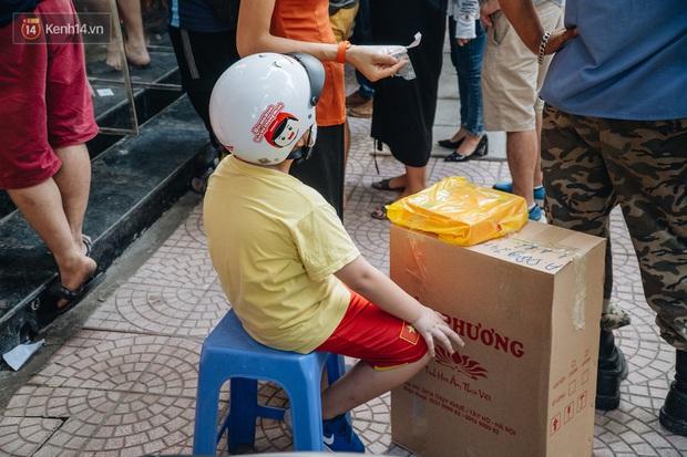 Đến hẹn lại lên, người Hà Nội xếp hàng dài đợi mua bánh Trung thu Bảo Phương - Ảnh 8.