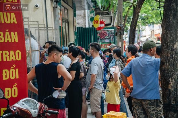 Đến hẹn lại lên, người Hà Nội xếp hàng dài đợi mua bánh Trung thu Bảo Phương - Ảnh 7.