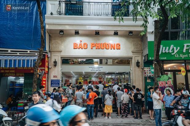 Đến hẹn lại lên, người Hà Nội xếp hàng dài đợi mua bánh Trung thu Bảo Phương - Ảnh 1.