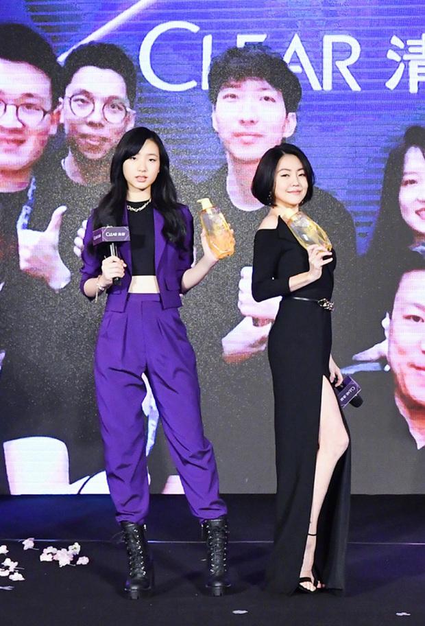 Con gái 14 tuổi của Tiểu S gây sốt khi lần đầu tham gia sự kiện: Vóc dáng như người mẫu, át cả bà mẹ sexy nhờ chiều cao - Ảnh 2.
