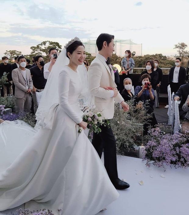 Đám cưới hot nhất Kbiz hôm nay: Nam thần Kpop một thời bảnh bao bên huyền thoại Shinhwa, nhan sắc cô dâu gây bất ngờ - Ảnh 11.
