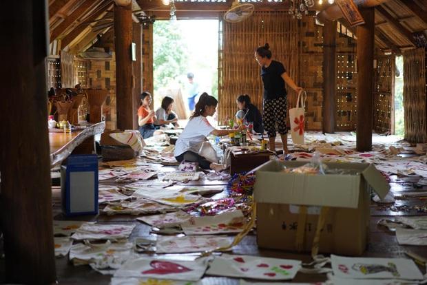 Hội bạn thân nàng hậu diện trang phục dân tộc đọ sắc, mặt mộc 100% của HHen Niê và Khánh Vân giật trọn spotlight - Ảnh 4.