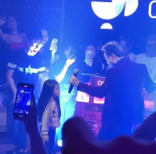 Netizen tranh cãi đoạn clip Binz diễn Bigcityboi trước mặt một bé gái trong quán bar, còn nghi ngờ hát nhép? - Ảnh 4.