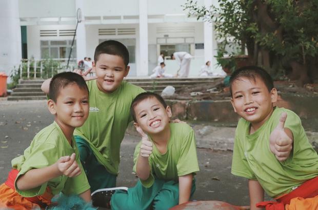 2 đứa trẻ bị mẹ bỏ rơi dưới chân cầu 3 năm trước và chuyện của đội lân đường phố ở Sài Gòn - Ảnh 5.