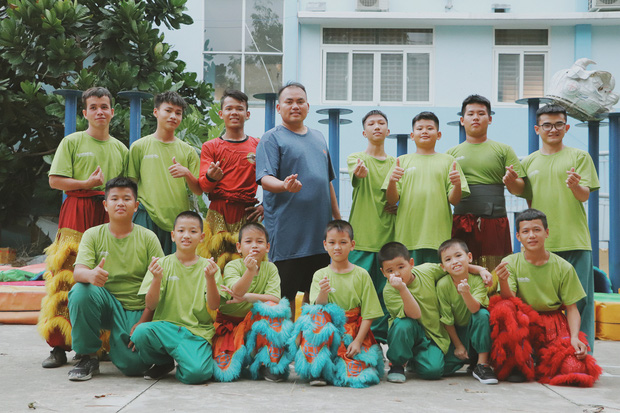 2 đứa trẻ bị mẹ bỏ rơi dưới chân cầu 3 năm trước và chuyện của đội lân đường phố ở Sài Gòn - Ảnh 15.