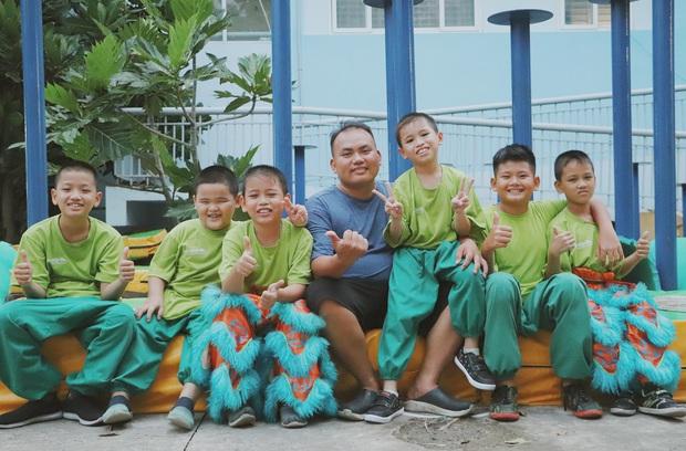2 đứa trẻ bị mẹ bỏ rơi dưới chân cầu 3 năm trước và chuyện của đội lân đường phố ở Sài Gòn - Ảnh 9.
