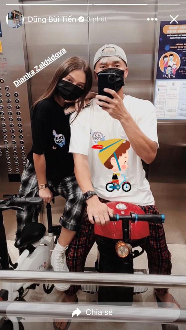 Thủ môn Bùi Tiến Dũng và bạn gái khoe chiếc xe cá tính, chụp ảnh cool ngầu trong thang máy chung cư - Ảnh 1.