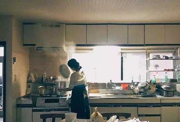 Đây là độc tố gây ung thư nhóm 2A mà WHO gọi là kẻ giết người trong nhà bếp: Nhiều bà nội trợ tiếp xúc mỗi ngày mà chưa biết cách bảo vệ mình đúng nhất - Ảnh 1.