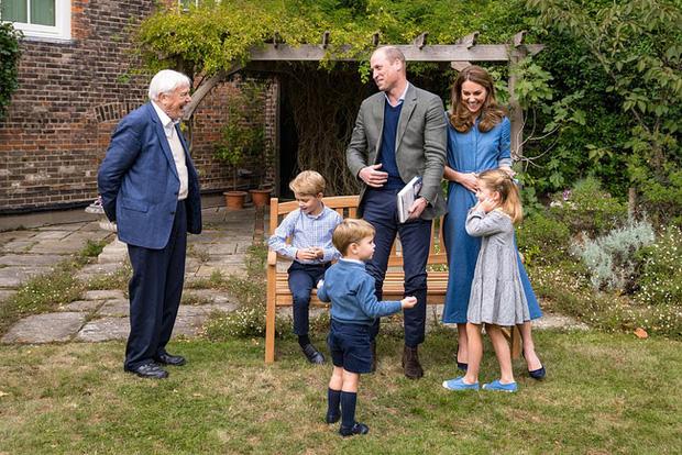 Giữa lùm xùm của nhà Sussex khiến hoàng gia xấu hổ, gia đình Công nương Kate xuất hiện tỏa sáng, hai hoàng tử nhỏ chiếm trọn spotlight - Ảnh 1.