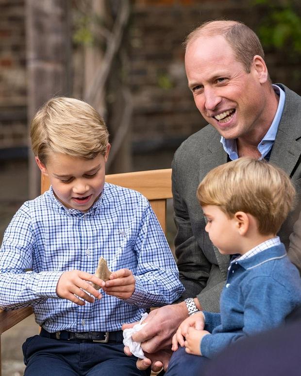 Giữa lùm xùm của nhà Sussex khiến hoàng gia xấu hổ, gia đình Công nương Kate xuất hiện tỏa sáng, hai hoàng tử nhỏ chiếm trọn spotlight - Ảnh 2.