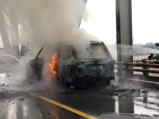 Hà Nội: Xế sang Range Rover bốc cháy ngùn ngụt trên cầu Chương Dương - Ảnh 5.