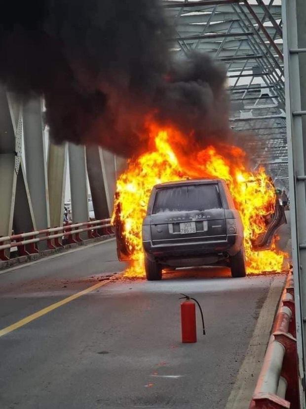 Hà Nội: Xế sang Range Rover bốc cháy ngùn ngụt trên cầu Chương Dương - Ảnh 3.