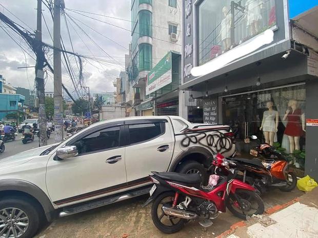 Chiếc ô tô đỗ trước tiệm quần áo bị xịt sơn đen sì, chủ xe cho biết đã để lại số điện thoại trên xe nhưng vẫn bị dân tình ném đá - Ảnh 3.