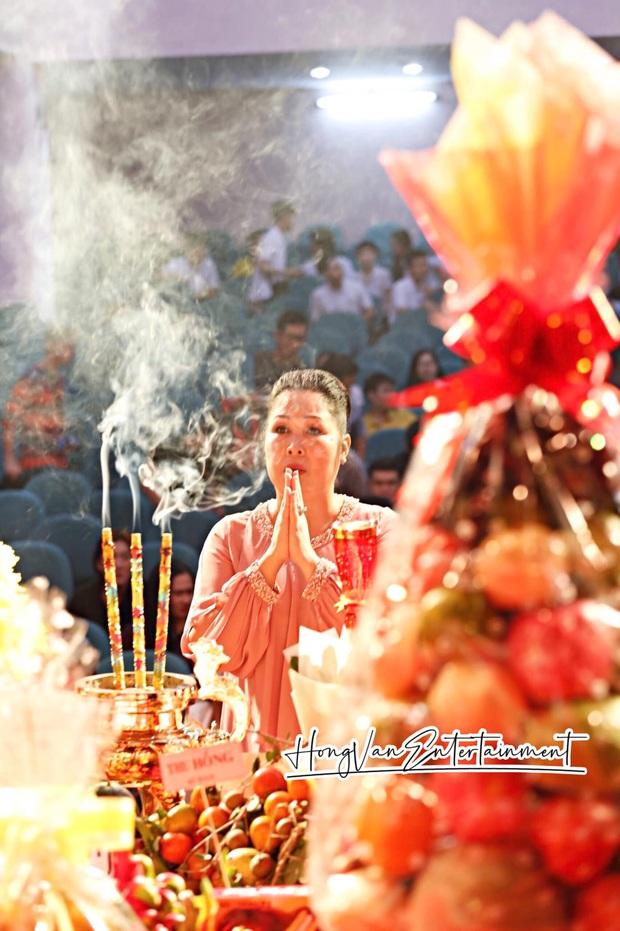 Dàn sao Vbiz dâng hương cúng Tổ nghiệp: Hoà Minzy và Diệu Nhi tươi tắn ở đền thờ tổ 100 tỷ, Chi Pu - Hương Giang đầy nổi bật - Ảnh 17.