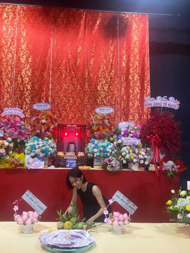 Dàn sao Vbiz dâng hương cúng Tổ nghiệp: Hoà Minzy và Diệu Nhi tươi tắn ở đền thờ tổ 100 tỷ, Chi Pu - Hương Giang đầy nổi bật - Ảnh 19.