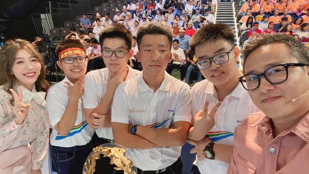 Bộ đôi MC Olympia đình đám Diệp Chi - Ngọc Huy: Nhan sắc trẻ mãi không già, đứng cạnh thí sinh cứ như bạn bè - Ảnh 1.