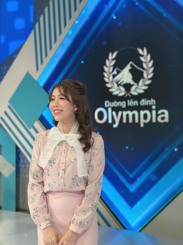 Bộ đôi MC Olympia đình đám Diệp Chi - Ngọc Huy: Nhan sắc trẻ mãi không già, đứng cạnh thí sinh cứ như bạn bè - Ảnh 7.