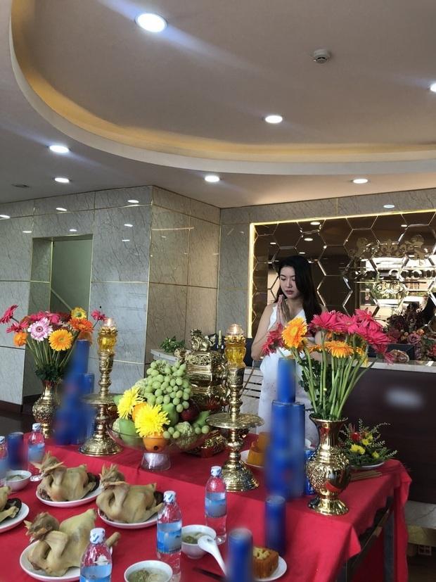 Dàn sao Vbiz dâng hương cúng Tổ nghiệp: Hoà Minzy và Diệu Nhi tươi tắn ở đền thờ tổ 100 tỷ, Chi Pu - Hương Giang đầy nổi bật - Ảnh 22.