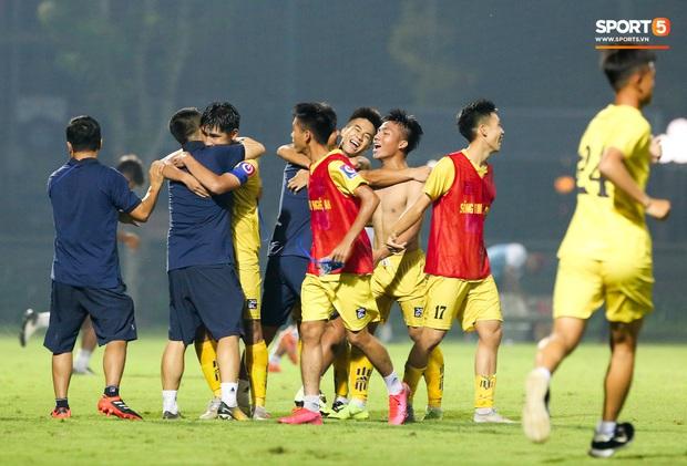 Cậu bé vàng Văn Quyến: Một đời cầu thủ dở dang đến HLV chạm tay hoá cúp ở các giải trẻ Việt Nam - Ảnh 8.
