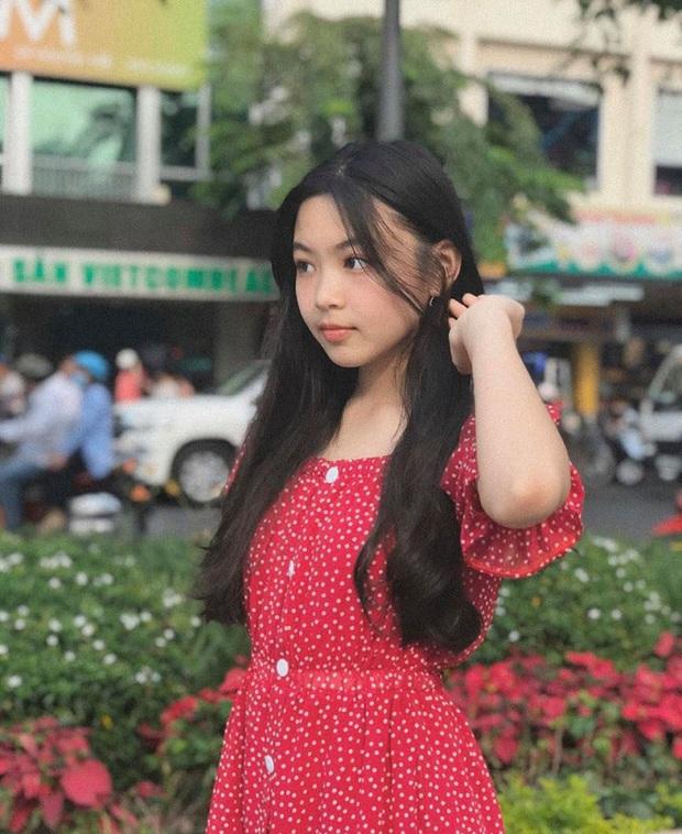 """Lọ Lem nhà MC Quyền Linh khoe clip diện đồng phục thôi mà gây sốt, zoom cận cảnh nhan sắc """"Hoa hậu tương lai"""" - Ảnh 5."""