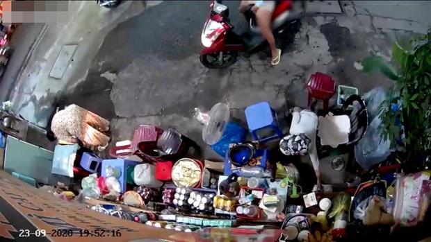 Người phụ nữ chở theo trẻ nhỏ dàn cảnh trộm tiền của cụ bà bán tạp hóa ở Sài Gòn khai gì với công an? - Ảnh 2.
