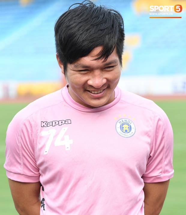 Văn Hậu thử sức với xà ngang rồi vô tình khoe cơ bắp cuồn cuộn, Quang Hải báo tin vui trước vòng 12 V.League 2020  - Ảnh 6.