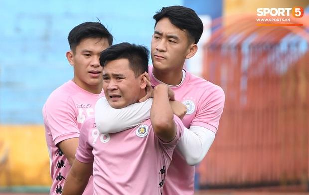 Văn Hậu thử sức với xà ngang rồi vô tình khoe cơ bắp cuồn cuộn, Quang Hải báo tin vui trước vòng 12 V.League 2020  - Ảnh 8.