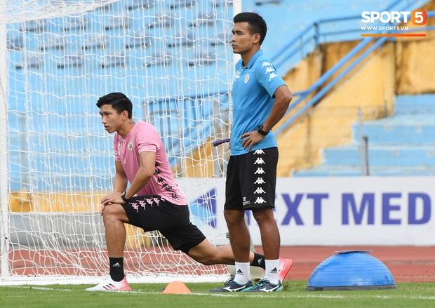 Văn Hậu thử sức với xà ngang rồi vô tình khoe cơ bắp cuồn cuộn, Quang Hải báo tin vui trước vòng 12 V.League 2020  - Ảnh 2.