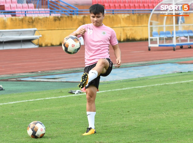 Văn Hậu thử sức với xà ngang rồi vô tình khoe cơ bắp cuồn cuộn, Quang Hải báo tin vui trước vòng 12 V.League 2020  - Ảnh 4.