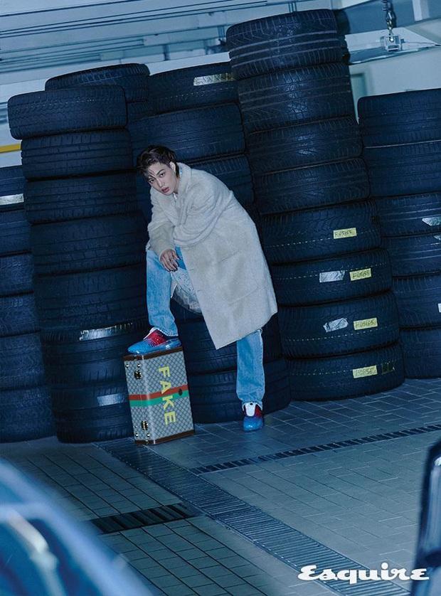 Kai (EXO) gây choáng với bộ ảnh tạp chí mới: Diện áo croptop khoe eo, mặc váy cùng phụ kiện bánh bèo sao cứ sai sai - Ảnh 8.