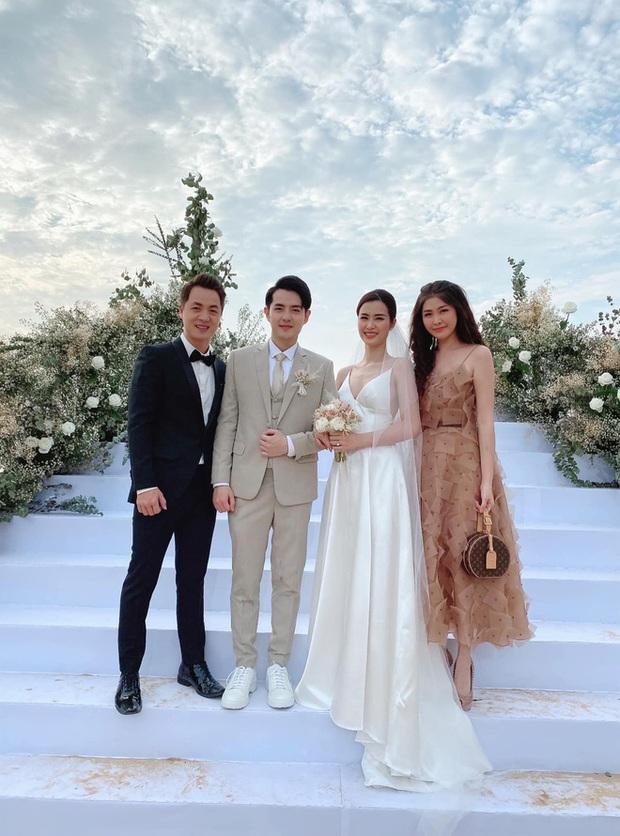 12 bộ váy áo đẹp nhất của sao Vbiz khi dự đám cưới: Đến Ngọc Trinh cũng không dám hở bạo mà nhường sân cho chị gái tỏa sáng - Ảnh 2.