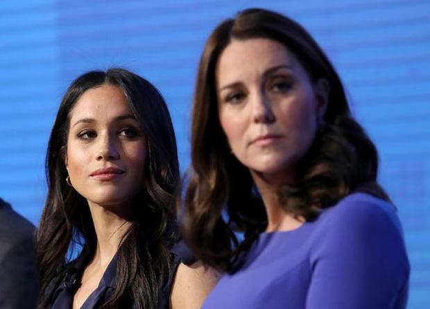 Công nương Kate bị nghi mang bầu lần 4 vì một chi tiết trong bức ảnh mới, được khuyên nên cùng Meghan giảng hòa - Ảnh 2.