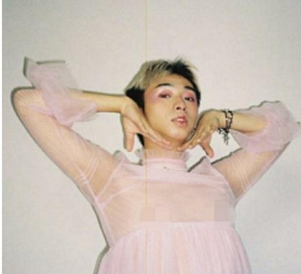 Con trai Ảnh hậu Kim Mã Y Năng Tịnh gây xôn xao với hình ảnh diện váy hồng bồng bềnh và trang điểm đầy nữ tính - Ảnh 5.