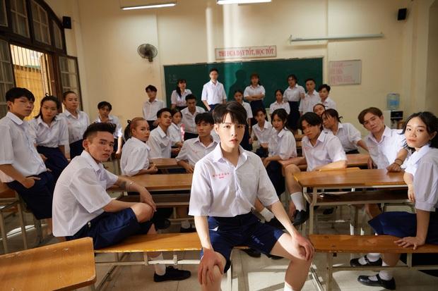 Ra MV bạc tỷ về thời học trò Việt nhưng lại mặc đồng phục Thái Lan, Đức Phúc khiến dân mạng đặt câu hỏi to đùng - Ảnh 3.