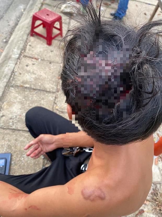 Clip: Tranh giành khách tại sân bay, 2 nhóm tài xế taxi đuổi đánh nhau bể đầu - Ảnh 2.